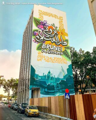 A new addition into the Capital's iconic landmarks – The Big Wall; located in Jalan Roberts, Bandar Seri Begawan. This largest mural piece measuring 15-stories high uses Kampong Ayer, Bunga Simpur and incorporating Jawi calligraphy into its' design – a concept created by eight local artists from Guerrilla Artchitects. This beautiful artwork captures attention from a distance and is the perfect background for an instagram worthy shot! We hope to have you visit us again and create more memories once this pandemic is over. Until then, stay safe dear friends!  📸: @inherwanderland  #discoverbrunei #travelgram #instatravel #travelasia #travelinspiration #travelphotography #travel #wanderlust #destinationearth #seetheworld