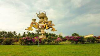 The most visible structure on the way to Kuala Belait town is the Kiri Monument, also affectionately known as the 'Teko'. This traditional-style teapot, surrounded by four matching teacups is a whimsical landmark that is best viewed from a distance to appreciate the whole artistic concept 😍  #discoverbrunei #travelgram #instatravel #travelasia #travelinspiration #travelphotography #travel #wanderlust #destinationearth #seetheworld